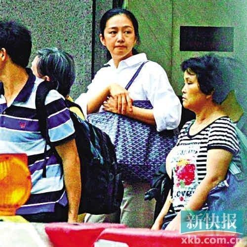 Vợ Lưu Đức Hoa già nua, mệt mỏi xếp hàng đi chợ 4