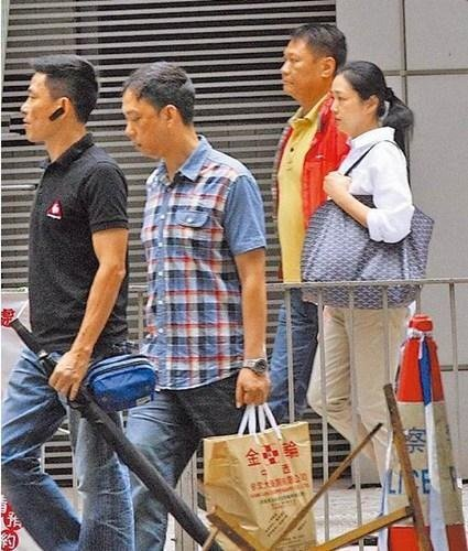 Vợ Lưu Đức Hoa già nua, mệt mỏi xếp hàng đi chợ 2