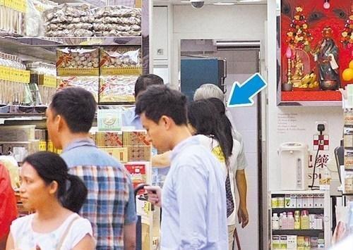Vợ Lưu Đức Hoa già nua, mệt mỏi xếp hàng đi chợ 5