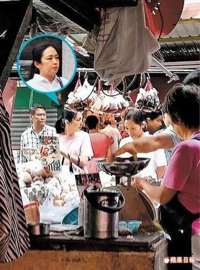 Vợ Lưu Đức Hoa già nua, mệt mỏi xếp hàng đi chợ 1