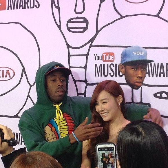 """Tiffany (SNSD) bị rapper """"sàm sỡ"""" trên thảm đỏ Youtube Music Awards 2"""
