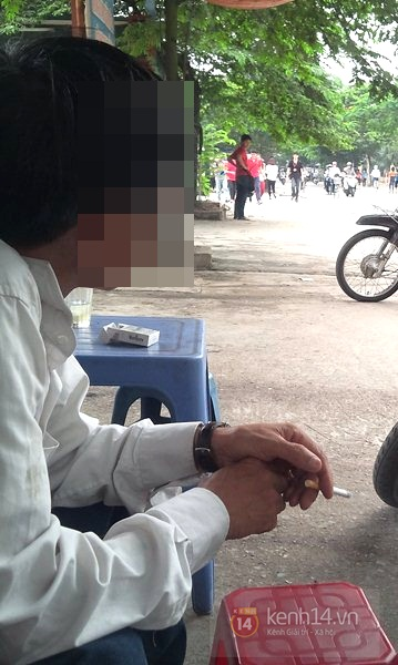 Học sinh cấp 2 thản nhiên hút thuốc lá, thuốc lào ngoài cổng trường 8