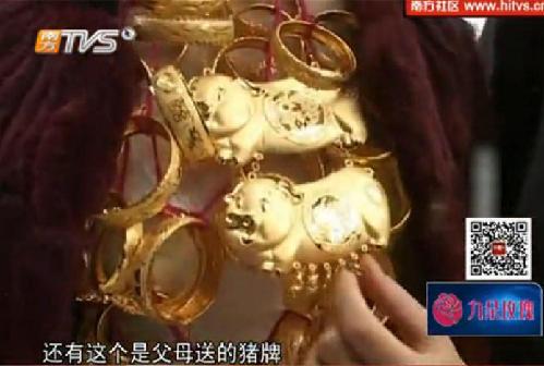 Trung Quốc: Cô dâu trĩu cổ vì đeo 5kg vàng trong đám cưới 2