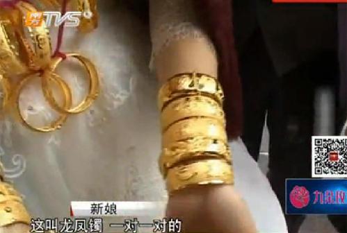 Trung Quốc: Cô dâu trĩu cổ vì đeo 5kg vàng trong đám cưới 3