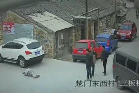 Ông lão ngất xỉu ngoài đường, 23 người đi qua không một ai giúp đỡ 2
