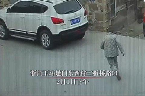 Ông lão ngất xỉu ngoài đường, 23 người đi qua không một ai giúp đỡ 1