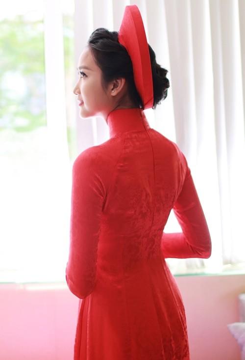 """Vẻ đẹp """"hút hồn"""" đậm chất Việt của sao với áo dài màu đỏ truyền thống 16"""