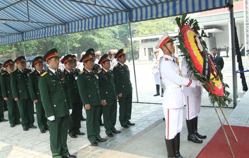 Hết giờ Lễ viếng Quốc tang, nhiều người dân vẫn xếp hàng vào viếng Đại tướng 66