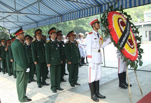 Hết giờ Lễ viếng Quốc tang, nhiều người dân vẫn xếp hàng vào viếng Đại tướng 68