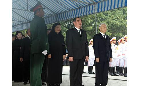 Hết giờ Lễ viếng Quốc tang, nhiều người dân vẫn xếp hàng vào viếng Đại tướng 20