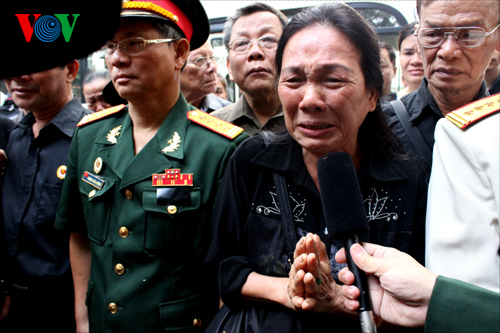 Hết giờ Lễ viếng Quốc tang, nhiều người dân vẫn xếp hàng vào viếng Đại tướng 103