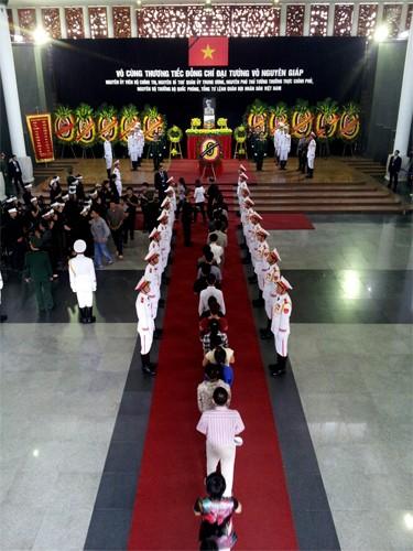 Hết giờ Lễ viếng Quốc tang, nhiều người dân vẫn xếp hàng vào viếng Đại tướng 111