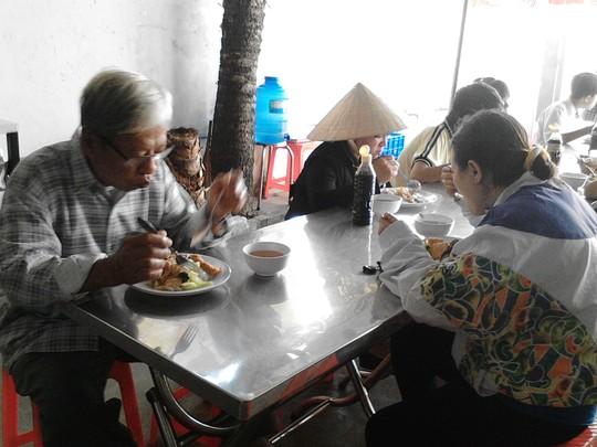 TP HCM: Ấm lòng với quán cơm 1.000 đồng 4