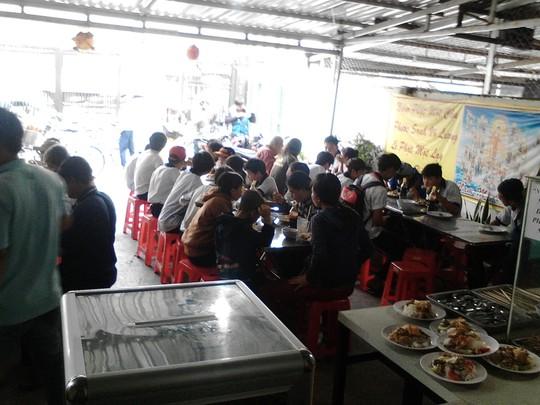 TP HCM: Ấm lòng với quán cơm 1.000 đồng 3