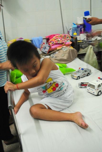 """Cậu bé 4 tuổi mồ côi sau tai nạn: """"Tại sao con lại mất một chân?"""" 4"""