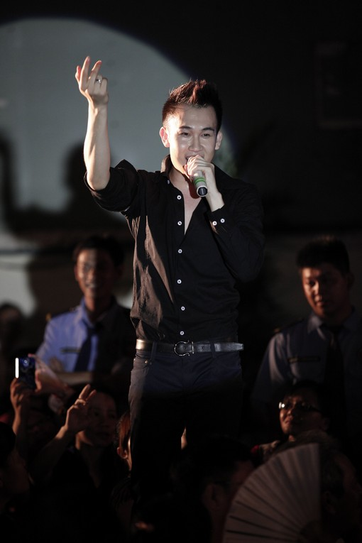 """Hà Hồ nhảy chân trần cực """"sung"""" trên sân khấu 29"""