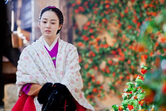 """Phong thái hoàng gia của """"Vương hậu"""" Kim Tae Hee 2"""