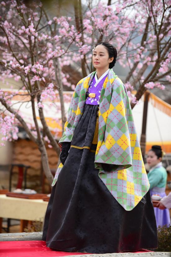 """Phong thái hoàng gia của """"Vương hậu"""" Kim Tae Hee 1"""