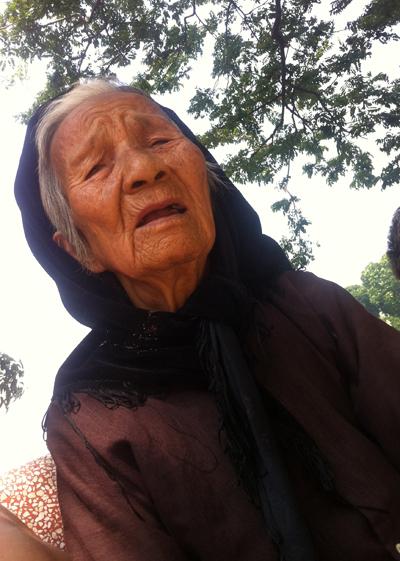 """Bà Già 83 Tuổi """"Cơ Khổ"""" Bên Hồ Thiền Quang - Chỉ Là Lừa"""