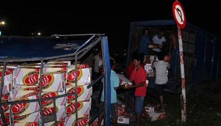 Xe tải chở bia lật, dân giúp tài xế gom hàng 1