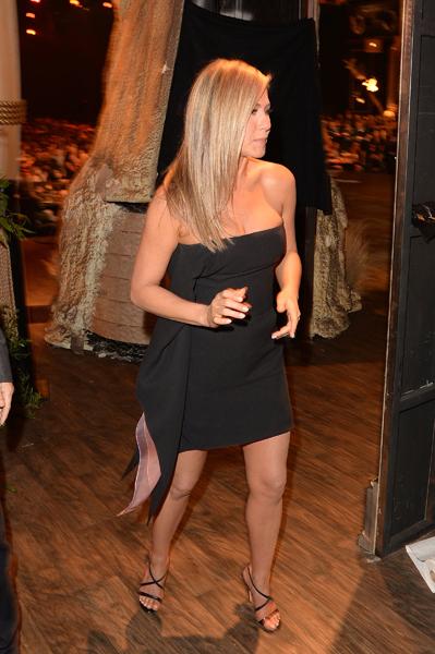 Jennifer Aniston bị nghi cố tình giấu bụng bầu 2