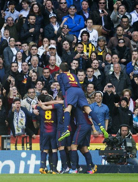 """Clip: Sao Barca chĩa """"ngón tay thối"""" vào fan Real Madrid 1"""