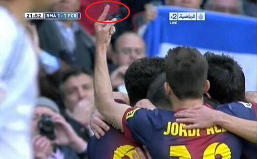 """Clip: Sao Barca chĩa """"ngón tay thối"""" vào fan Real Madrid 2"""