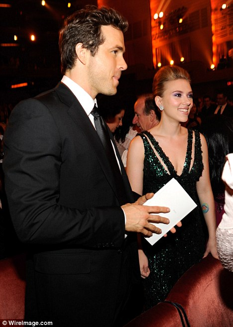 Scarlett Johansson bất ngờ báo tin có thai 4