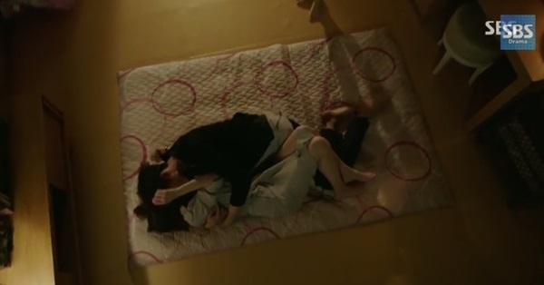"""Kang Sora hoảng hốt vì suýt """"khóa môi"""" với Lee Jong Suk 1"""