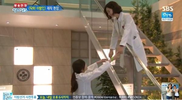 Kang Sora cười tít mắt khi được Lee Jong Suk ôm từ phía sau 2