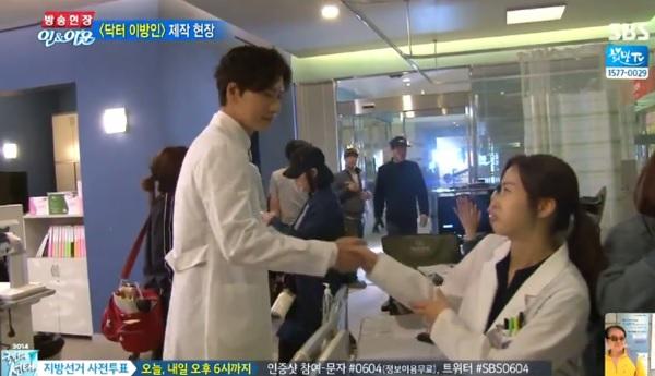 Kang Sora cười tít mắt khi được Lee Jong Suk ôm từ phía sau 3
