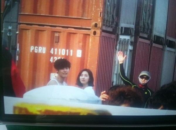 Kang Sora cười tít mắt khi được Lee Jong Suk ôm từ phía sau 5