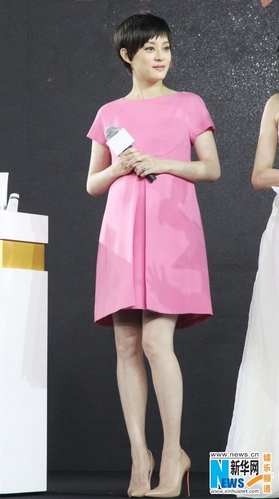 Tôn Lệ diện váy Valentino giống hệt váy trong BST của Ngọc Trinh? 1