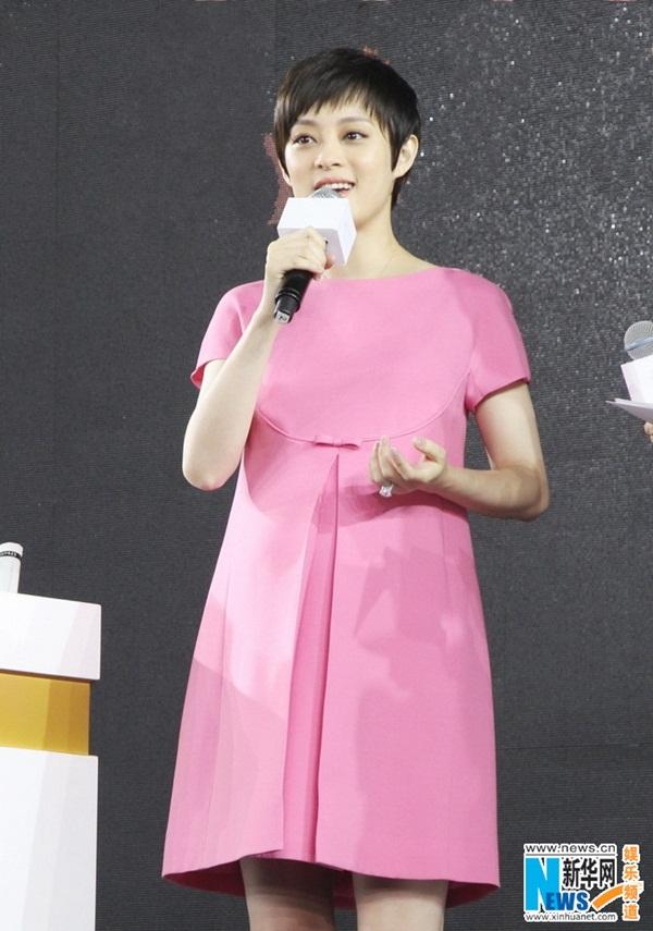 Tôn Lệ diện váy Valentino giống hệt váy trong BST của Ngọc Trinh? 2