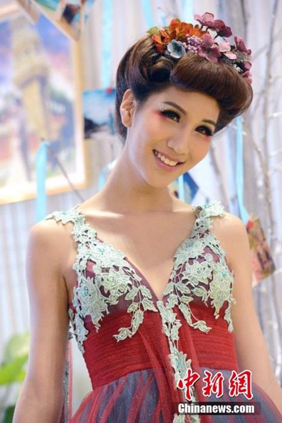 Người mẫu chuyển giới Thái Lan gây sốt tại Trùng Khánh 4