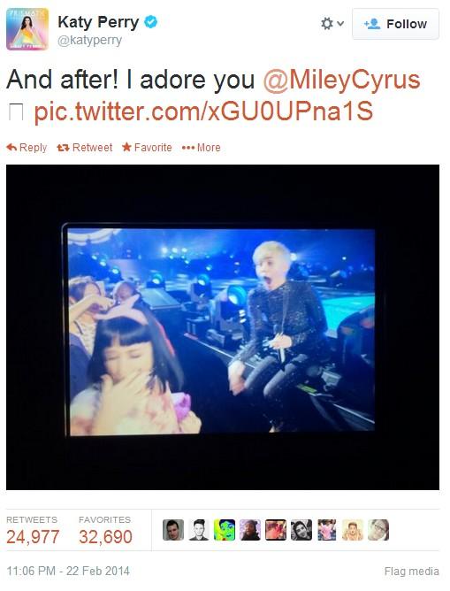 Lộ clip Katy Perry hốt hoảng giật lại khi bị Miley hôn môi 2