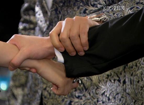 """9 kiểu nắm cổ tay """"thể nào cũng gặp"""" trong phim Hàn 13"""