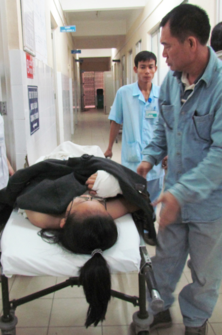 Đạp xe đi học, nữ sinh lớp 8 bị chém đứt gân tay 1