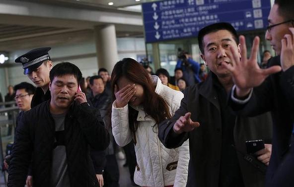 Người thân khóc ròng, vật vã ngóng tin vụ máy bay Malaysia rơi 4