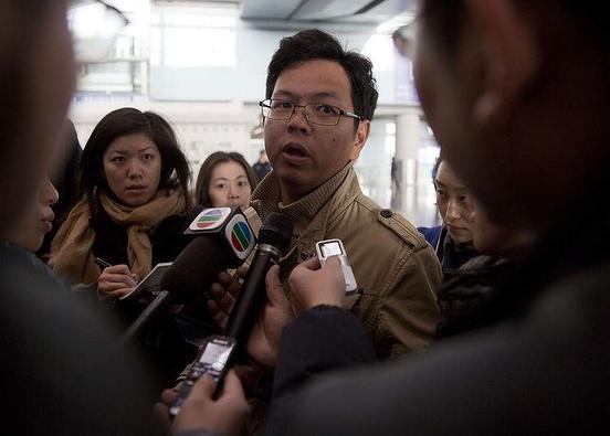 Người thân khóc ròng, vật vã ngóng tin vụ máy bay Malaysia rơi 5
