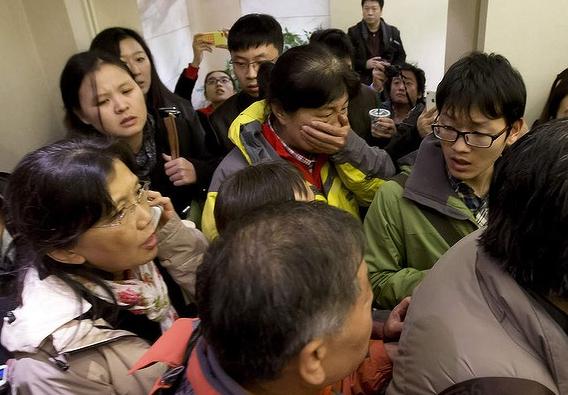 Người thân khóc ròng, vật vã ngóng tin vụ máy bay Malaysia rơi 6