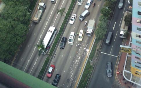 """Hồng Kông: 15 triệu đô rơi trên đường, người dân tranh nhau """"hôi của"""" 1"""