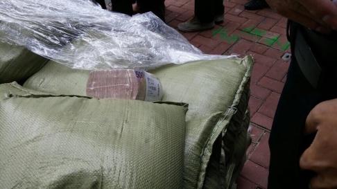 """Hồng Kông: 15 triệu đô rơi trên đường, người dân tranh nhau """"hôi của"""" 2"""