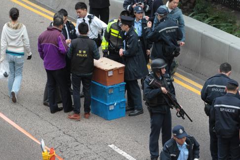 """Hồng Kông: 15 triệu đô rơi trên đường, người dân tranh nhau """"hôi của"""" 3"""