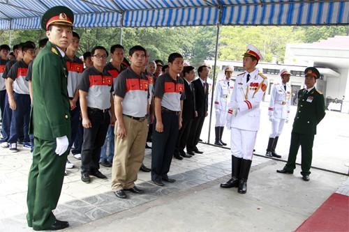 Hết giờ Lễ viếng Quốc tang, nhiều người dân vẫn xếp hàng vào viếng Đại tướng 80