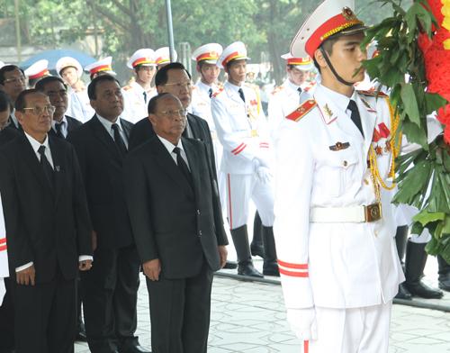 Hết giờ Lễ viếng Quốc tang, nhiều người dân vẫn xếp hàng vào viếng Đại tướng 70