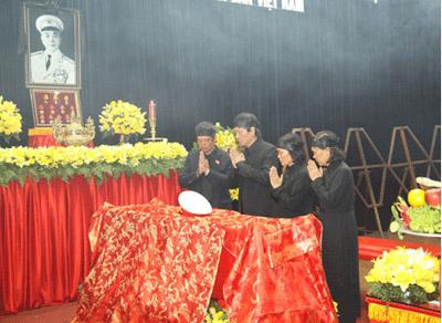 Hết giờ Lễ viếng Quốc tang, nhiều người dân vẫn xếp hàng vào viếng Đại tướng 13