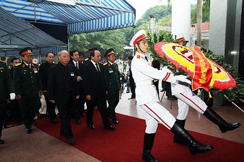Hết giờ Lễ viếng Quốc tang, nhiều người dân vẫn xếp hàng vào viếng Đại tướng 11