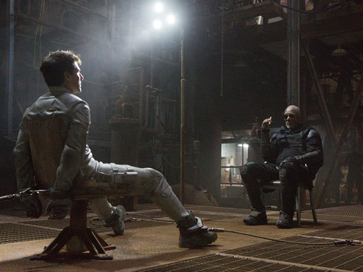 Tom Cruise bị trói chặt vào ghế  1