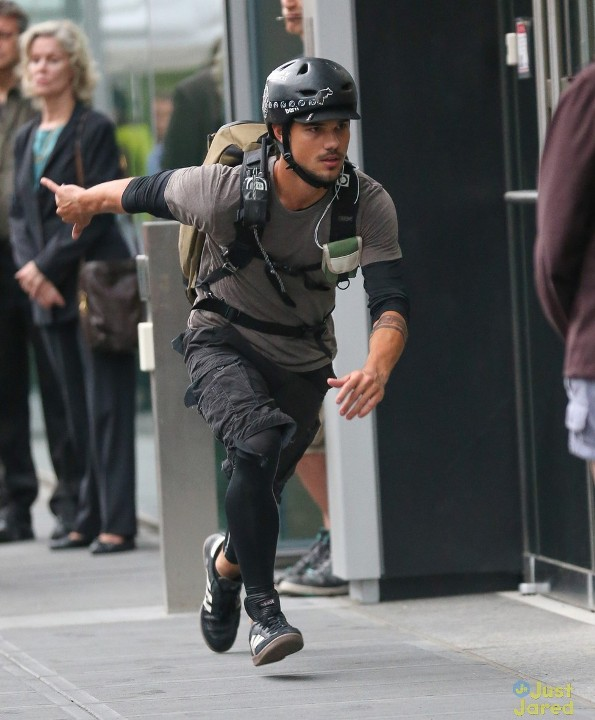 """""""Người Sói"""" Taylor Lautner trổ tài nhảy xa 10"""